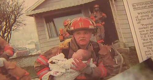 Seorang Pemadam Menyelamatkan Bayi di Rumah yang Terbakar 17 Tahun Lalu. Sekarang, Dia Hadir di Wisuda nya.